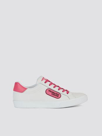 Sneaker aus Lederimitat mit Schnuersenkeln und Logo