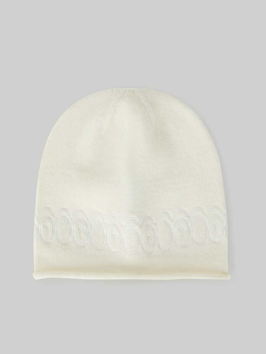 Plain knit hat with embroidery