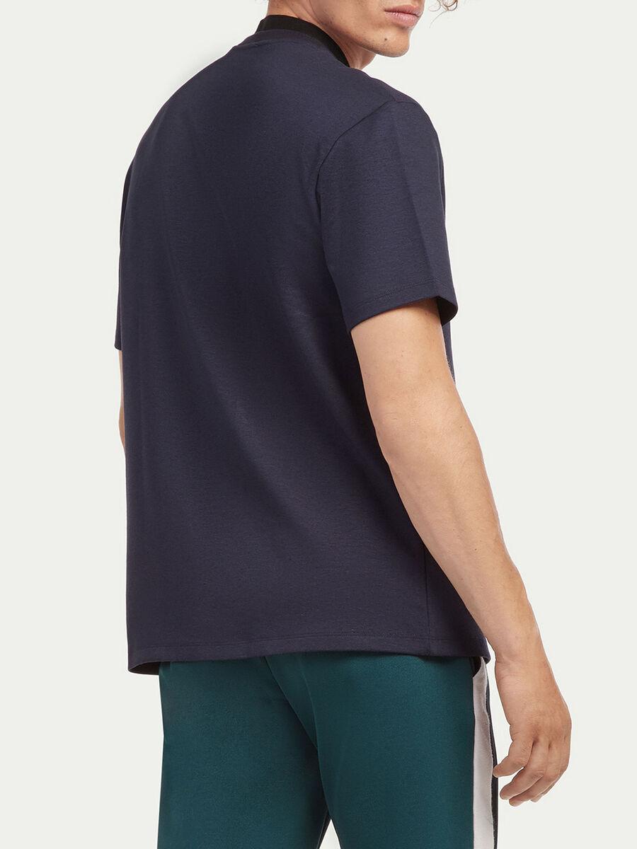 T shirt coupe over a logo degrade
