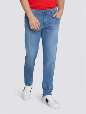 Jeans 370 close basic in denim e patch a contrasto