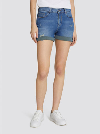 Short seasonal in denim bicolor e micro abrasioni