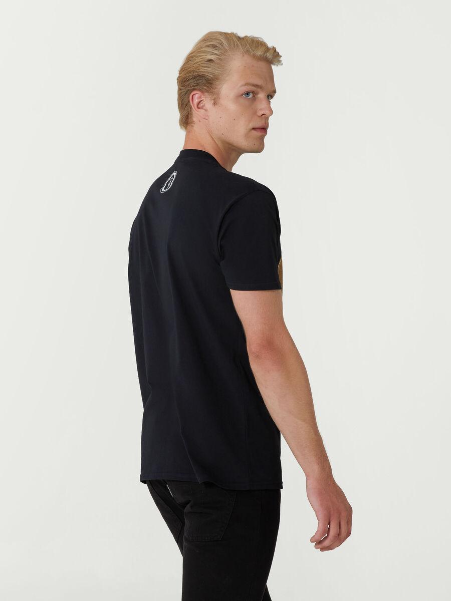 Baumwoll T-Shirt im Close Fit mit grossem Logo