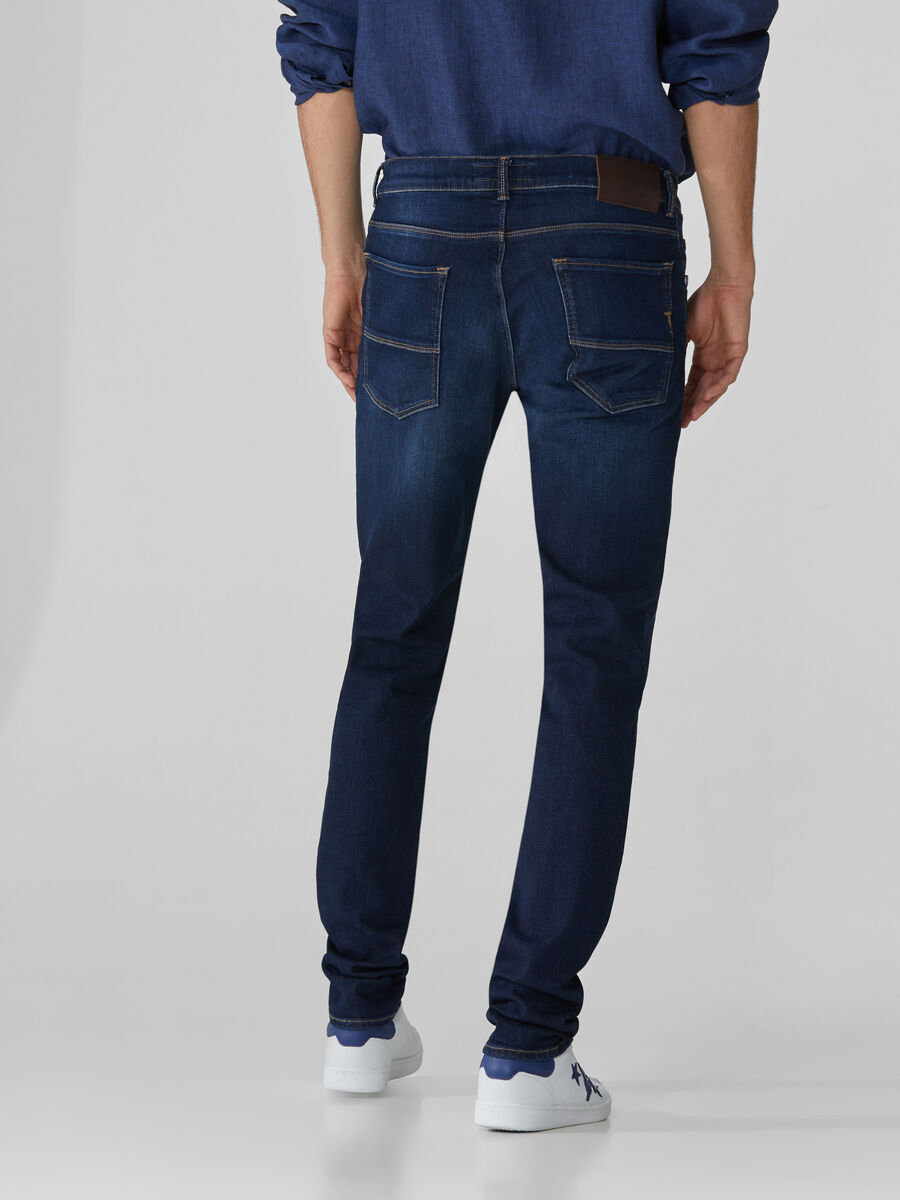 Jeans 370 Close aus dunkelblauem Cairo-Denim