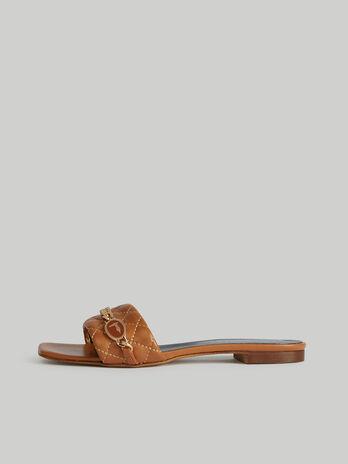Flache Sandale aus gestepptem Leder