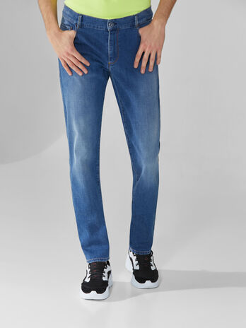 Jeans 370 Close aus Cross-Denim mit Logo
