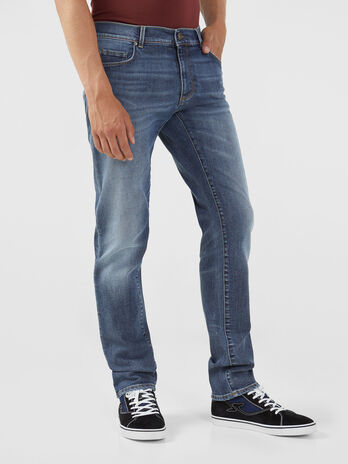 Jeans 370 Close aus blauem Globe Stretch Denim
