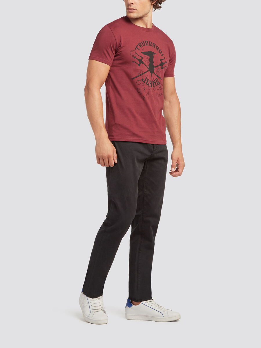 Solid colour T shirt with print