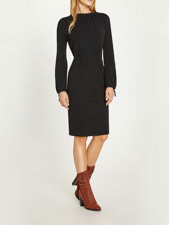 Sleek dress with neckline