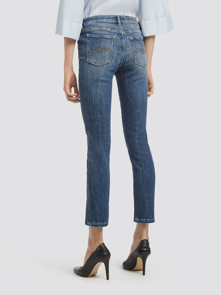 Up fifteen old wash jeans with slit details