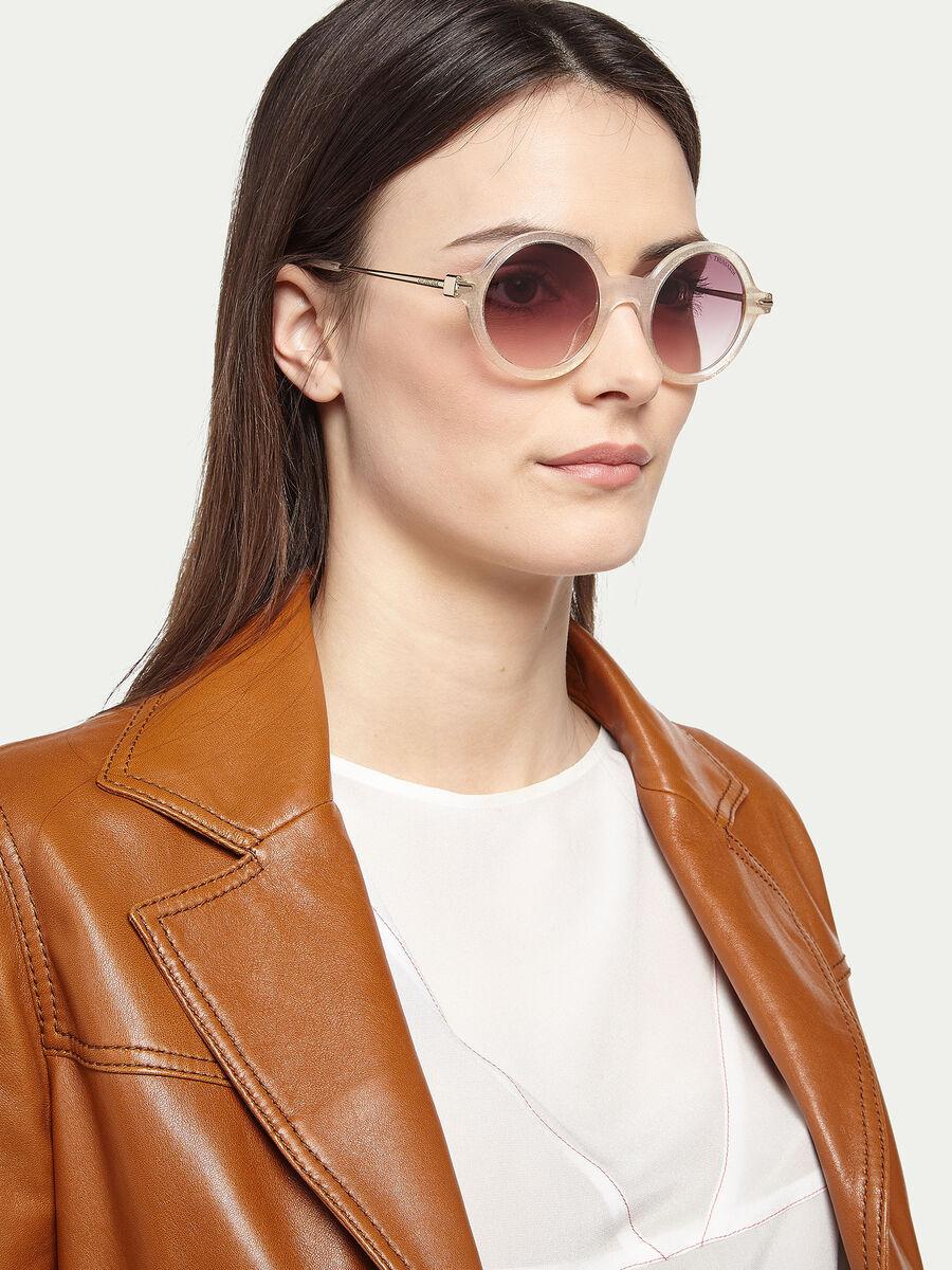 Sonnenbrille mit geometrischem Glitter Effekt