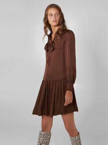 Vestido de saten con falda de volantes