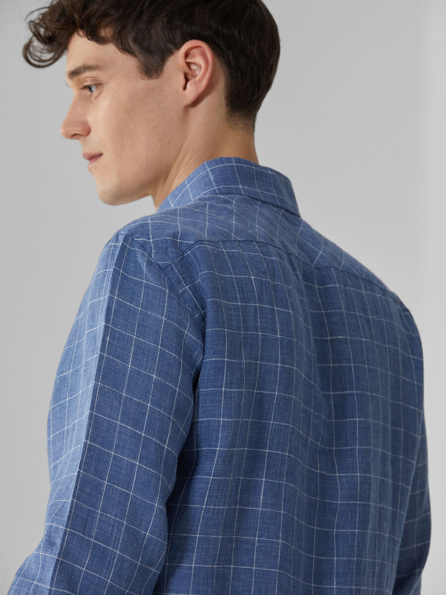 Close-fit shirt in patterned linen