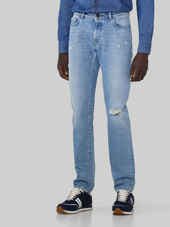 Jeans 370 Close in denim con strappi