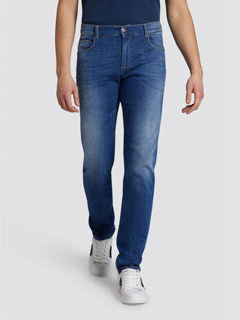 Close Basic 370 jeans with contrasting stitching