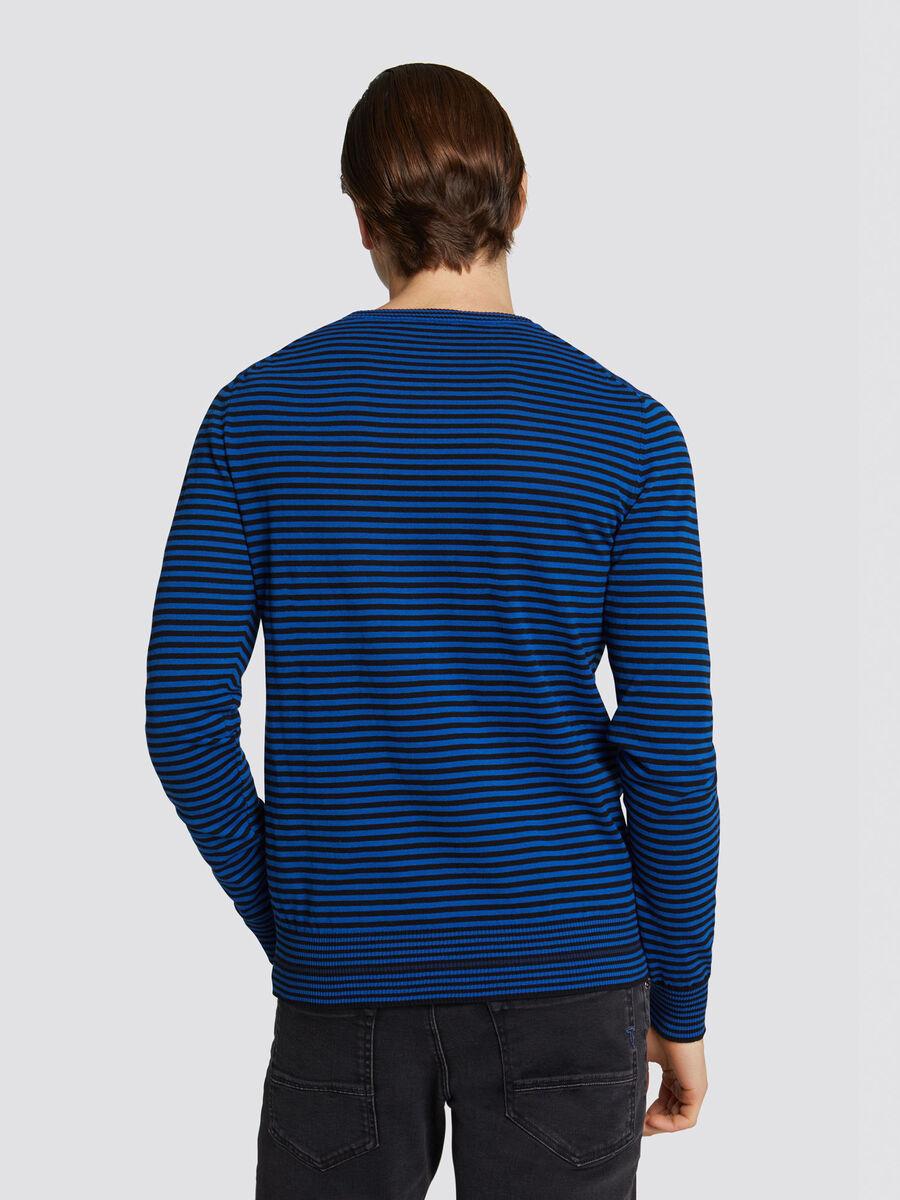 Pullover slim fit in cotone crepe con righe a contrasto