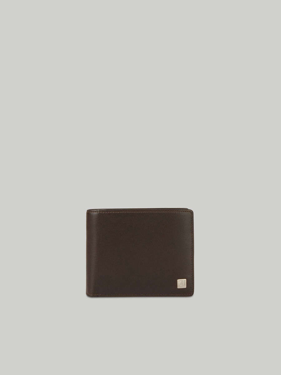 Smooth leather bi-fold wallet with flap