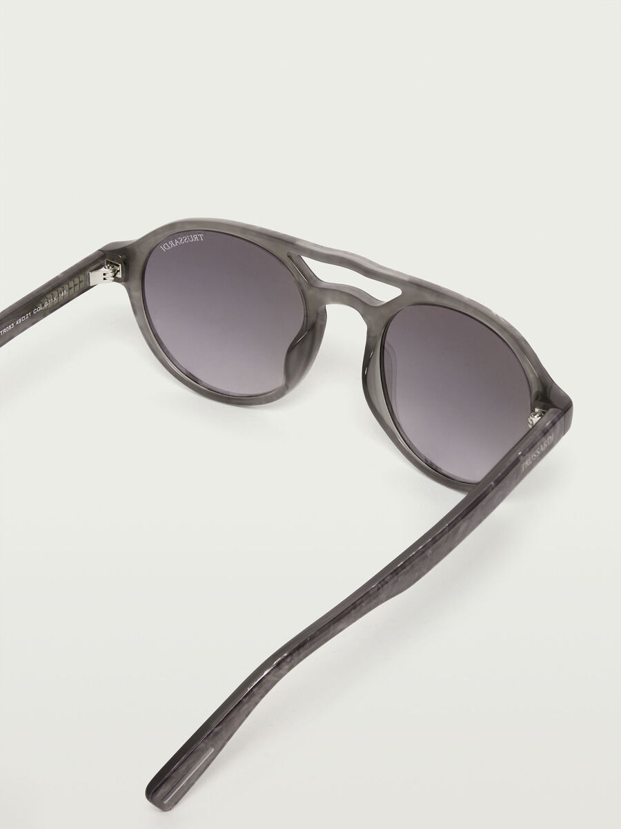 Aviator sunglasses with gradient lenses