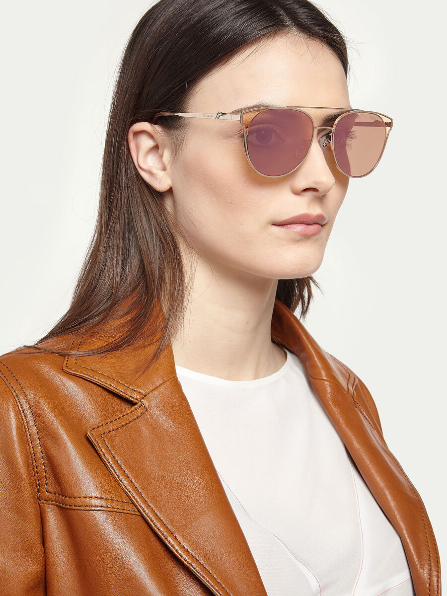 Aviator sunglasses with wrap around lenses