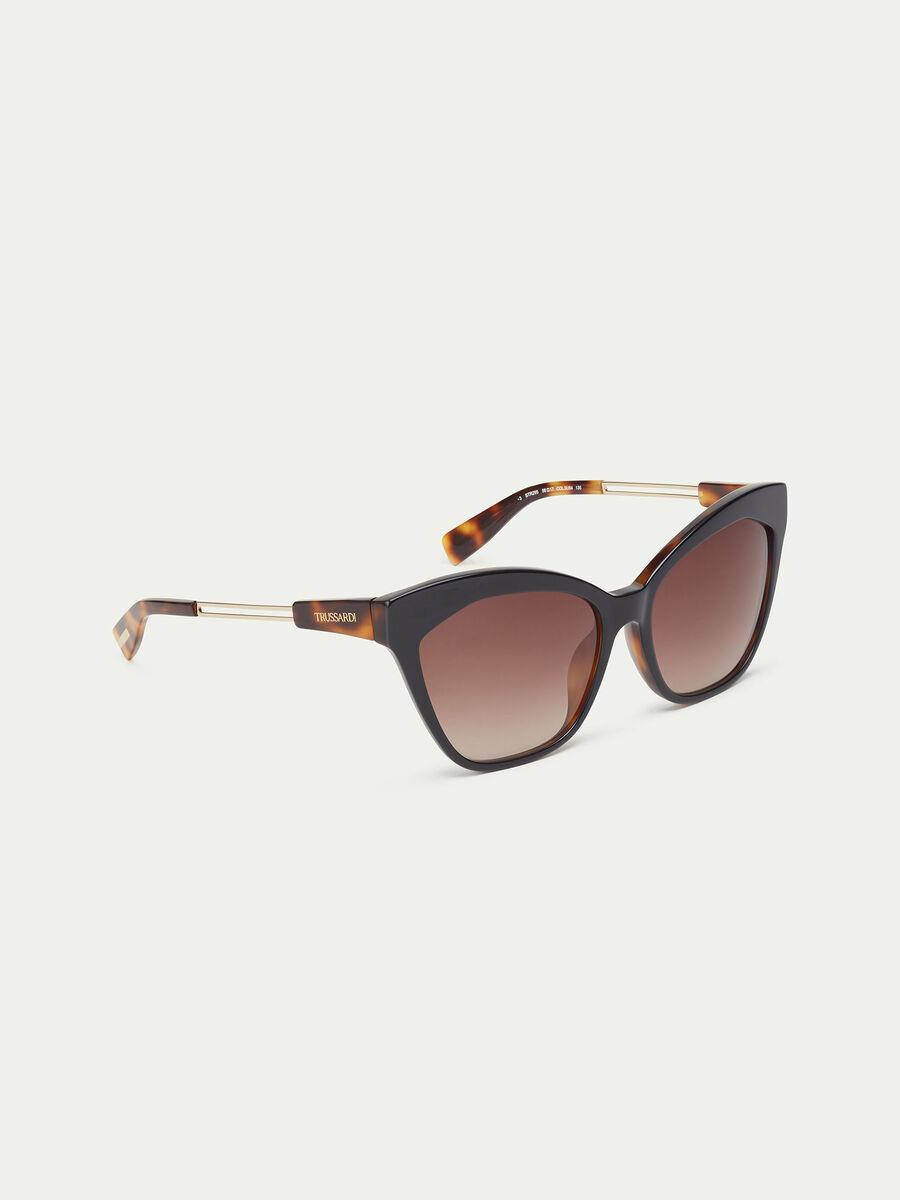 Sunglasses with tortoiseshell temples