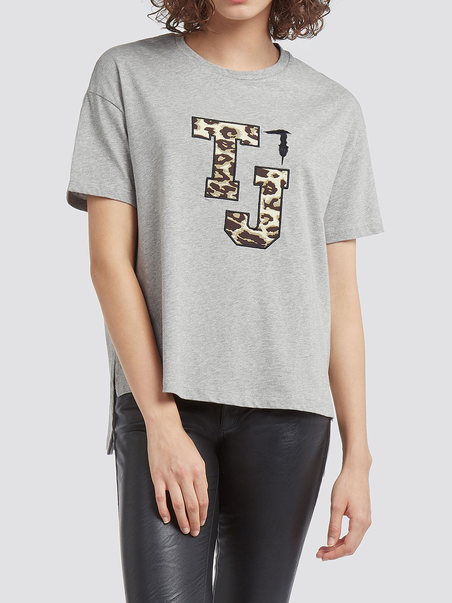 d7ff7c89174b9 Melange-T-shirt-with-logo-patch-and-asymmetrical-hem_TRUSSARDI-JEANS_50_01_8057735604456_F.jpg
