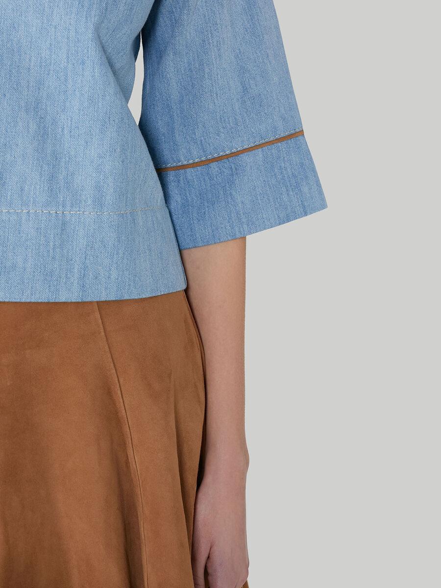 Blusa cropped in denim e suede