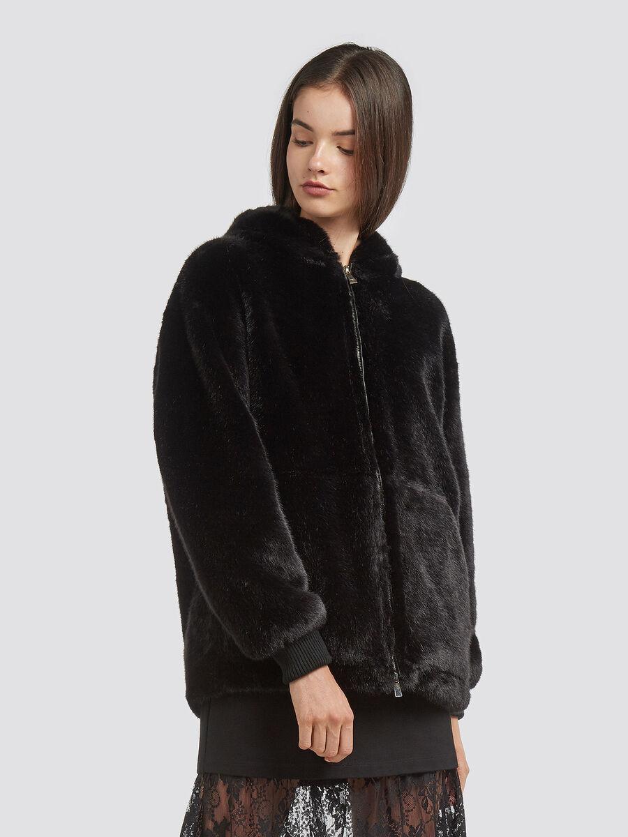 Giacca over fit in eco fur con cappuccio