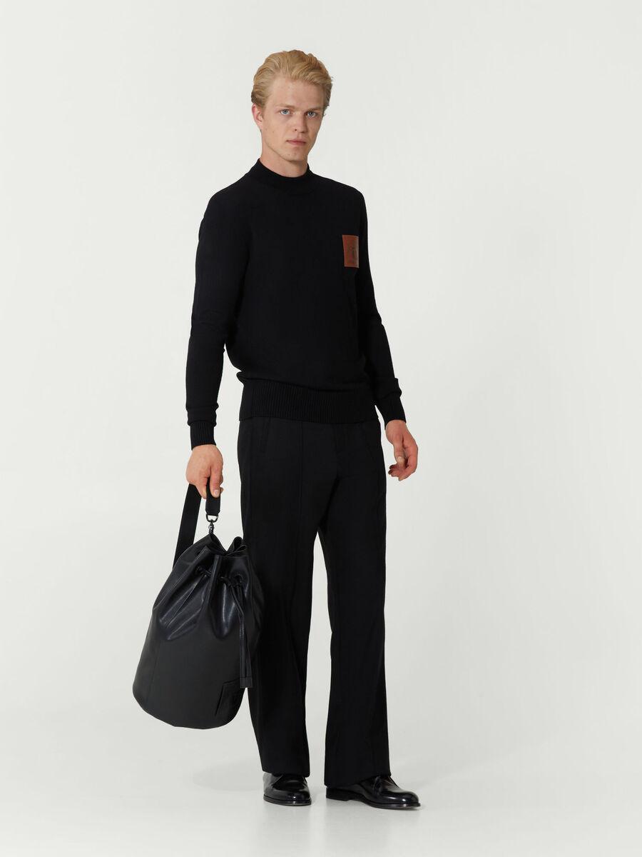 Pullover im Slim Fit mit Logopatch