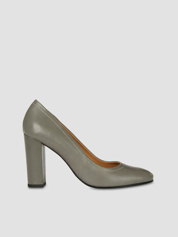 Smooth faux leather pumps with topstitching