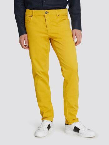 Close Basic 370 jeans in garment dyed fabric with patch