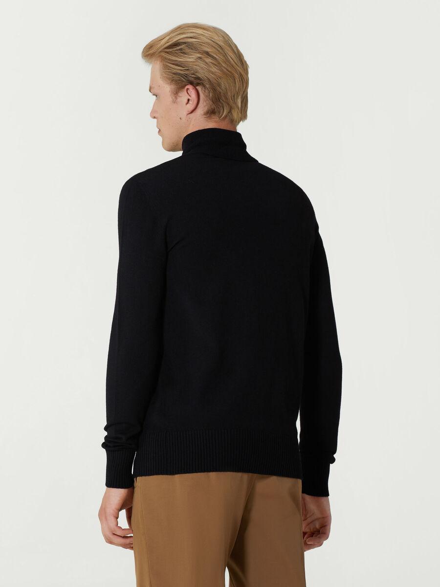 Rollkragenpullover im Slim Fit aus Wolle