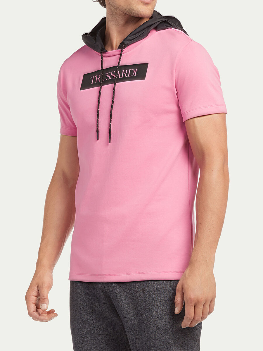 Camiseta regular fit con capucha y estampado de letras