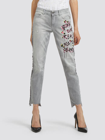 Distressed effect frayed jeans with print