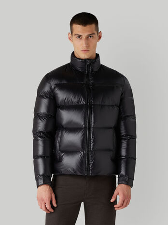 Abrigo acolchado corto de nailon ligero con cuello midi
