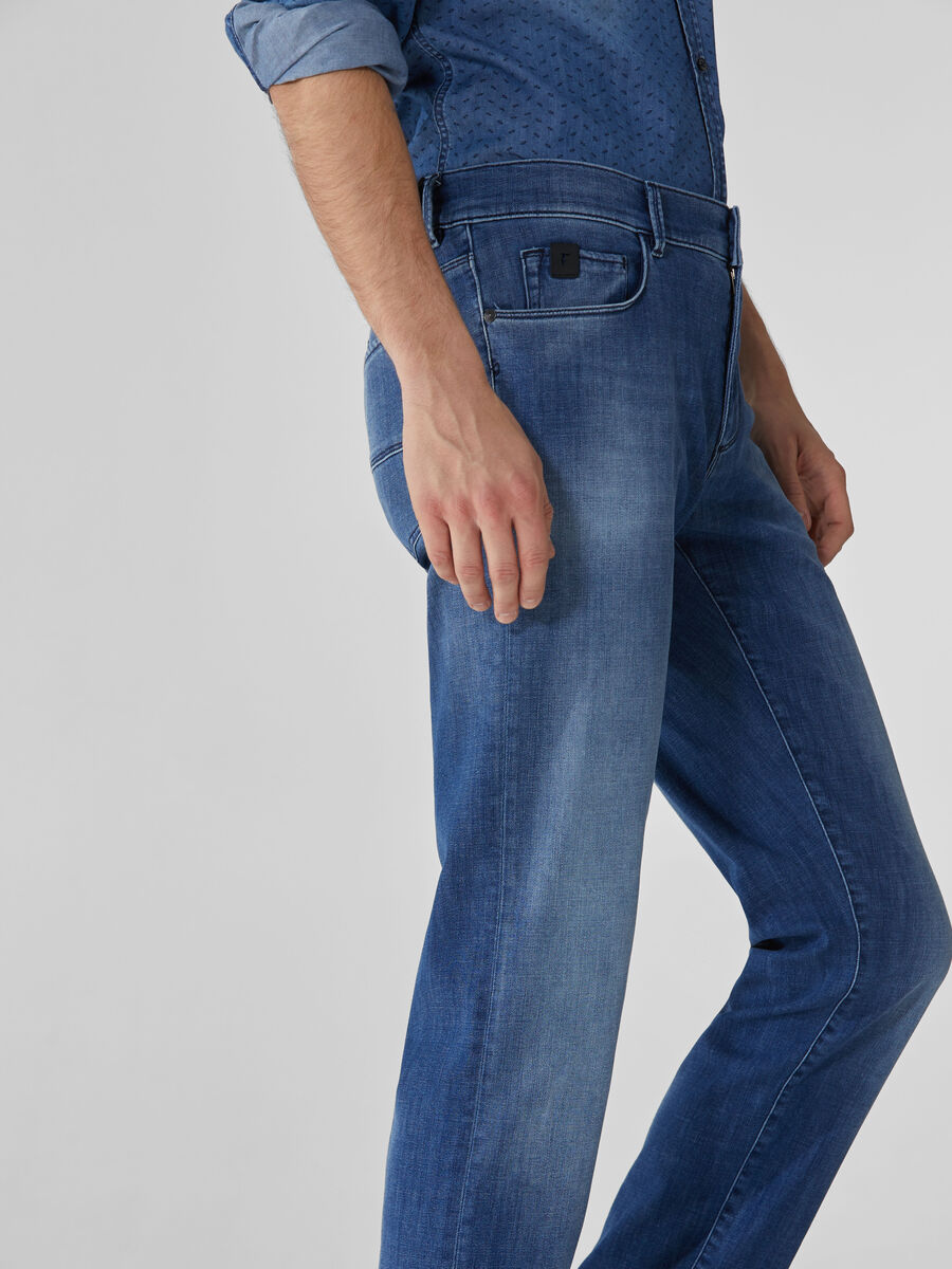 Close 370 jeans in Soft Power stretch denim