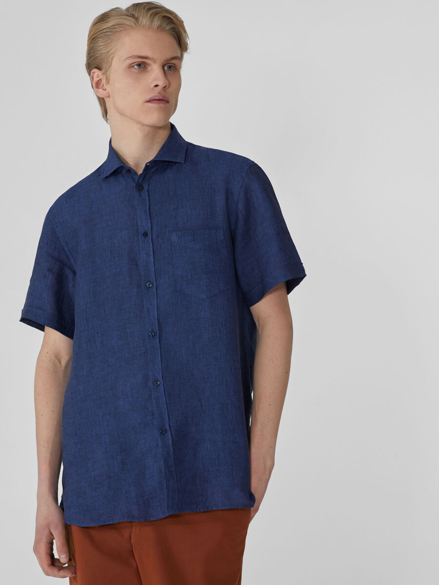 Close-fit shirt in yarn-dyed linen
