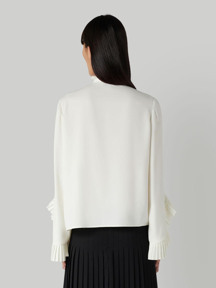 Ruffled fluid fabric blouse