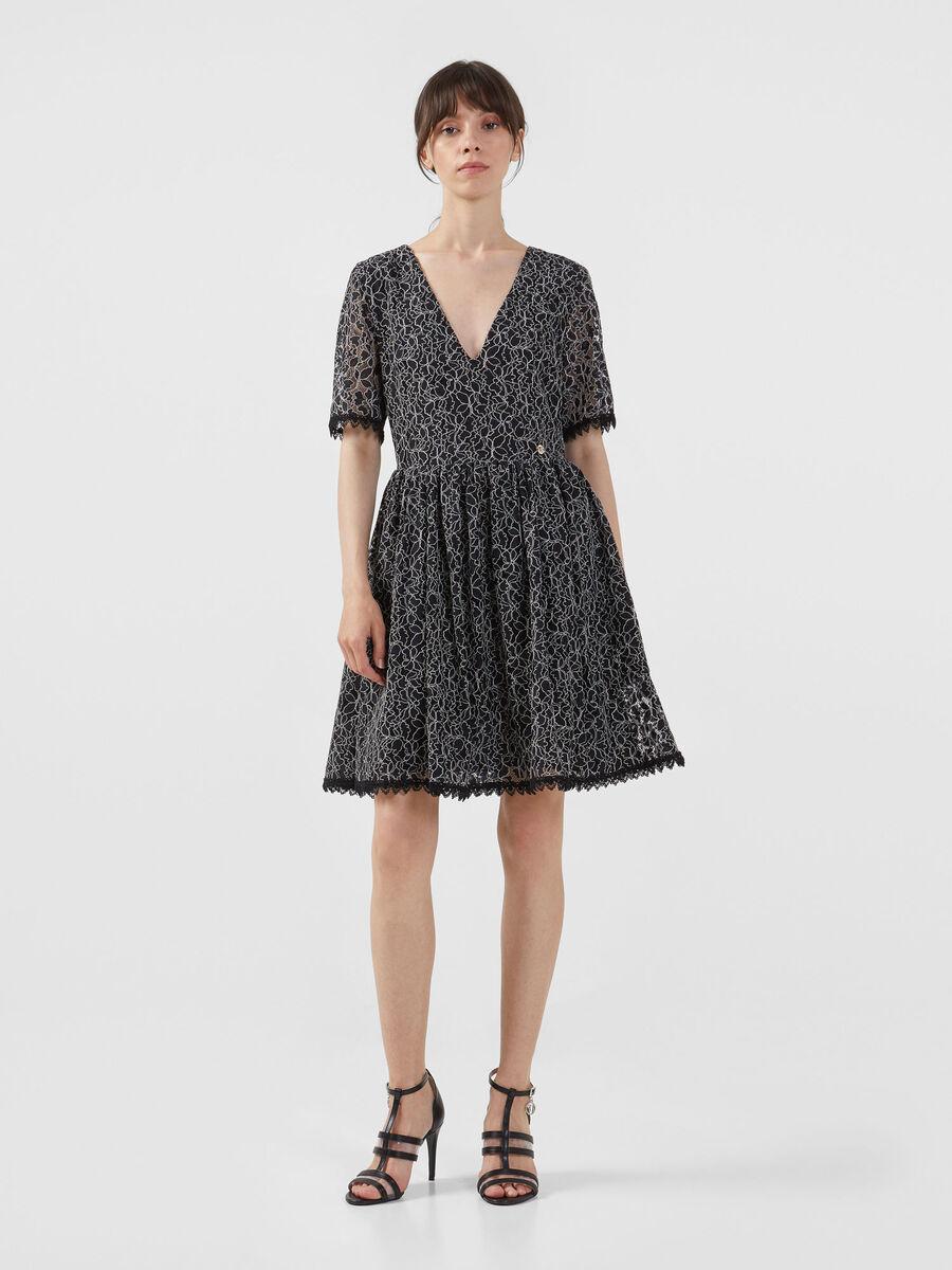 Kleid aus gebluemter Spitze