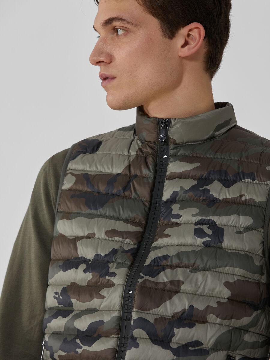 Nylon gilet with camouflage print