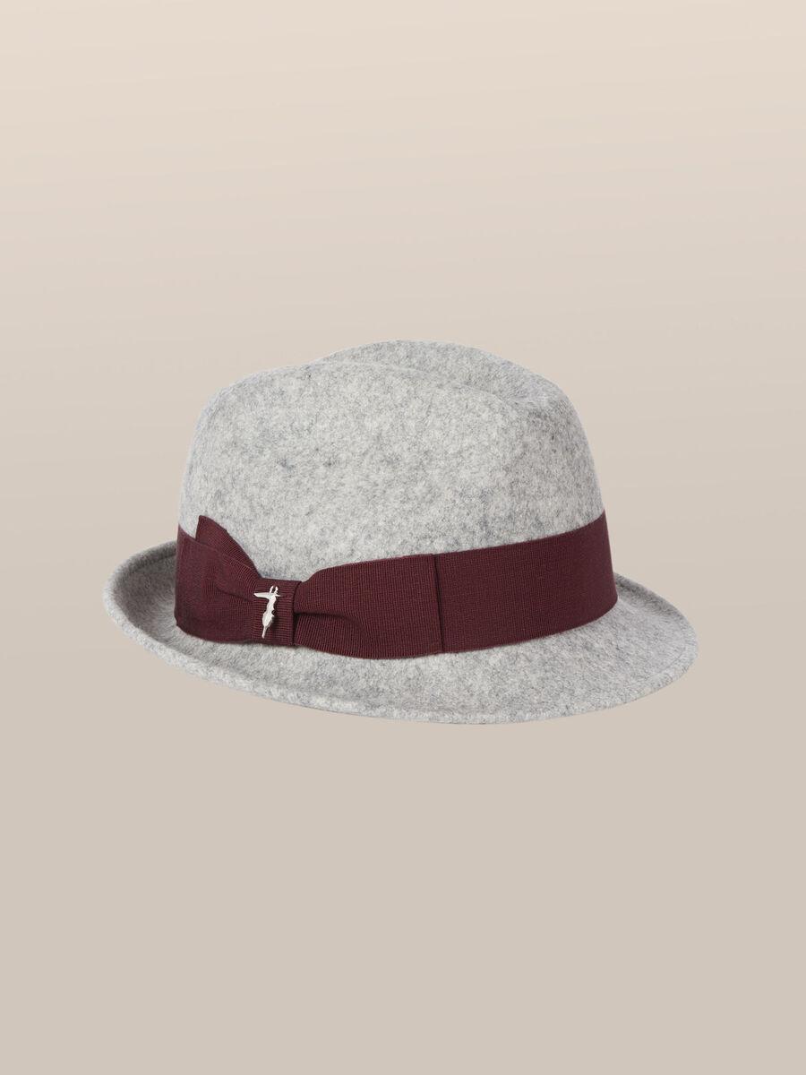 Sombrero de fieltro con logotipo