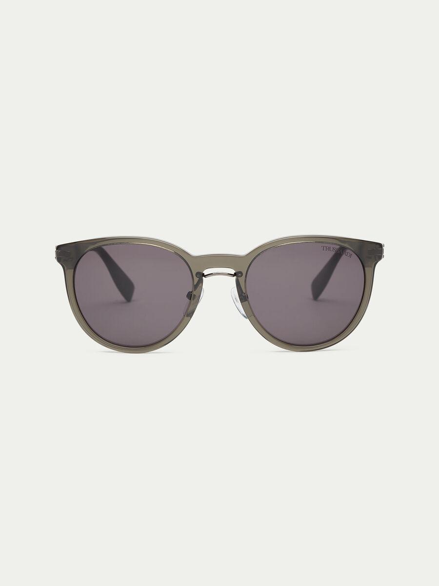 Gafas de sol con lente redonda en contraste