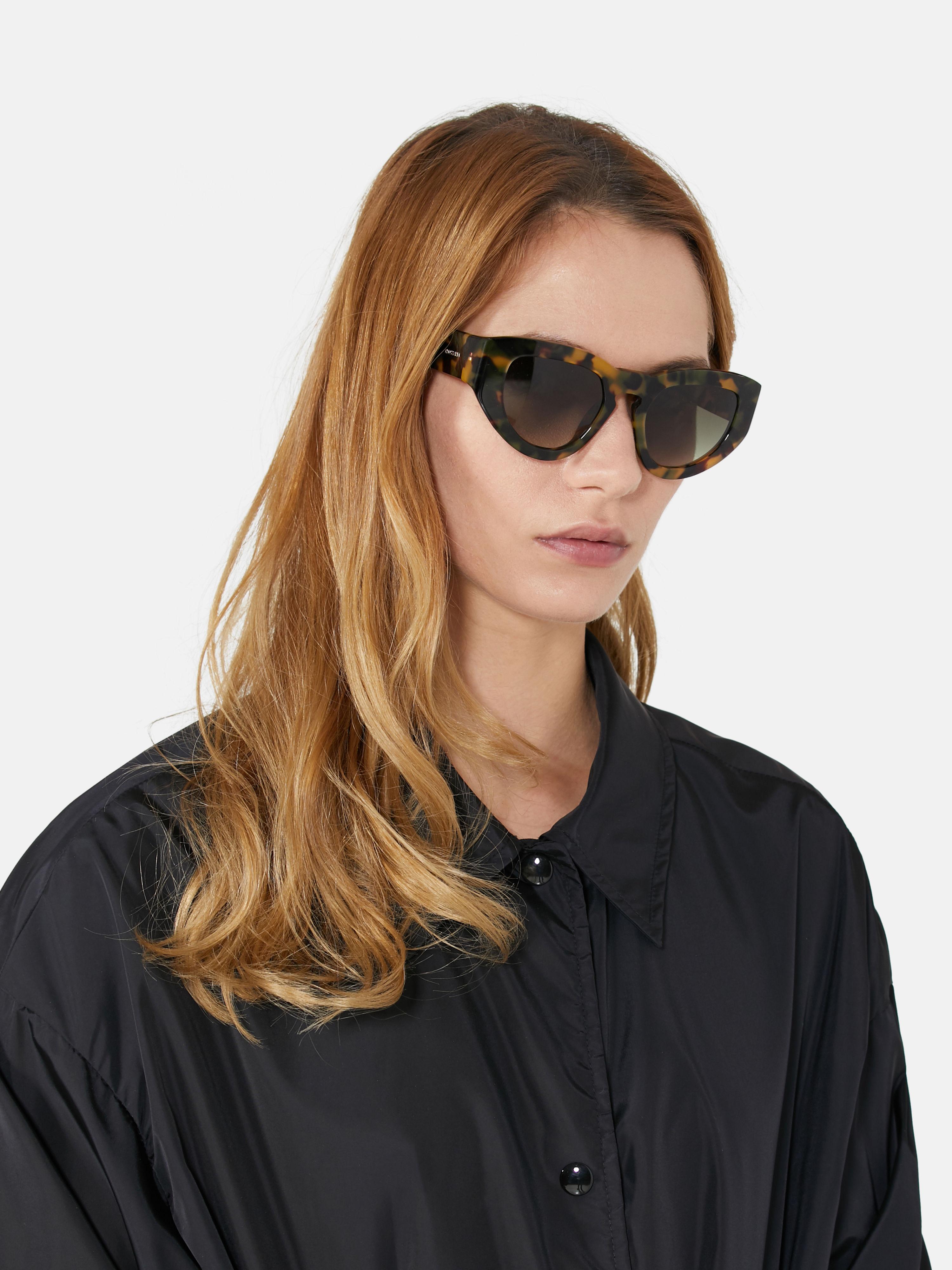 Occhiali da sole Donna Trussardi realizzati interamente in acetato tartarugato, con frontale bold dalla linea leggermente a farfalla e lenti fumé nei toni del marrone.